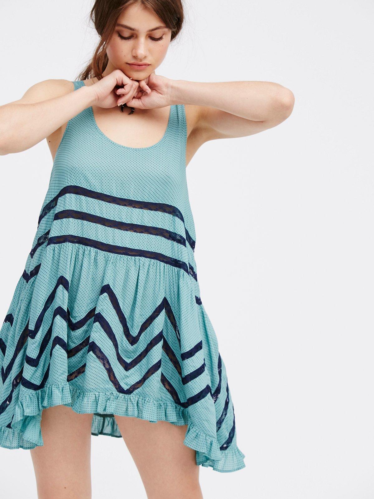薄纱和蕾丝宽松Trazpeze吊带衬裙