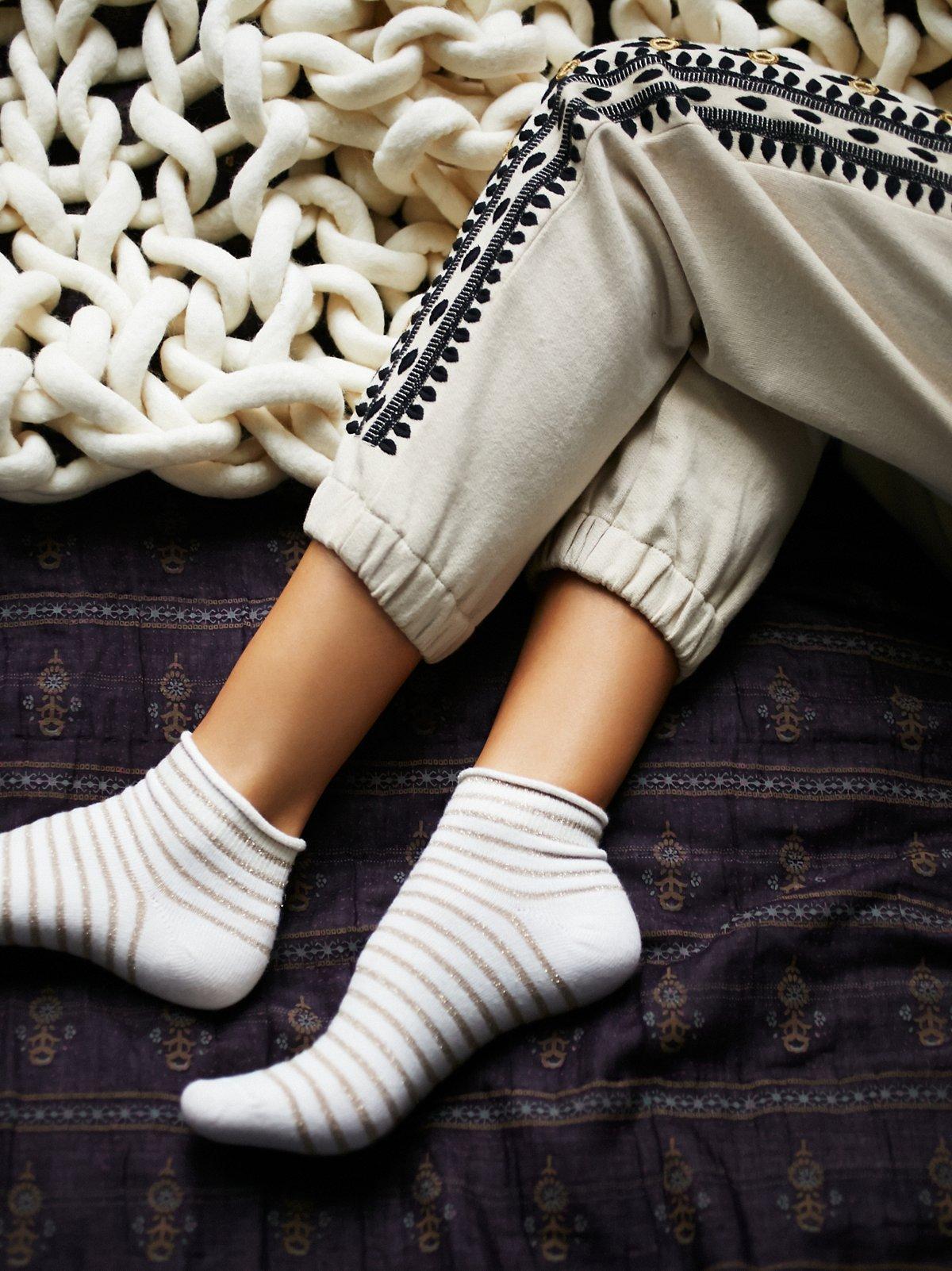 金属光泽条纹短筒袜
