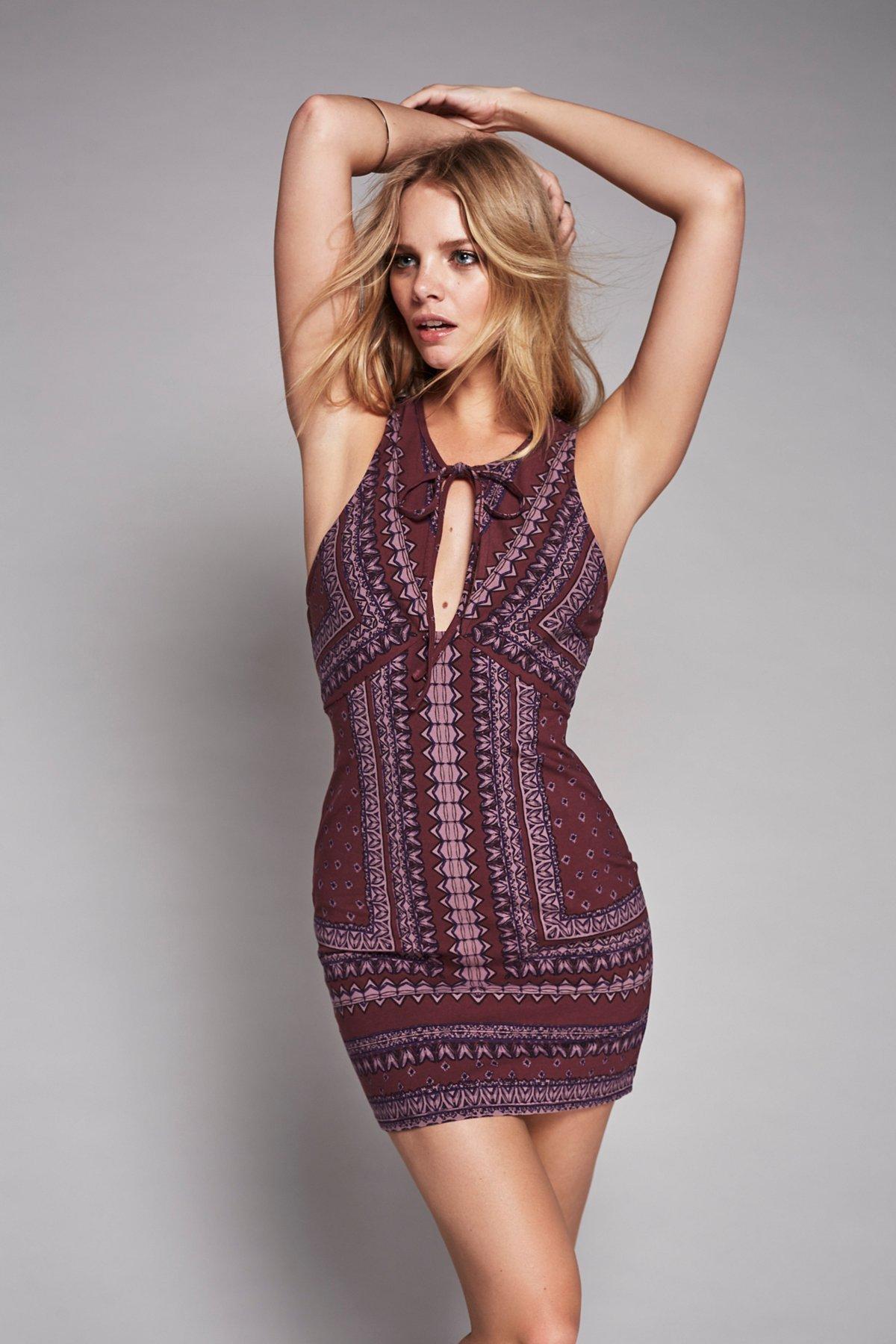 细带紧身连衣裙