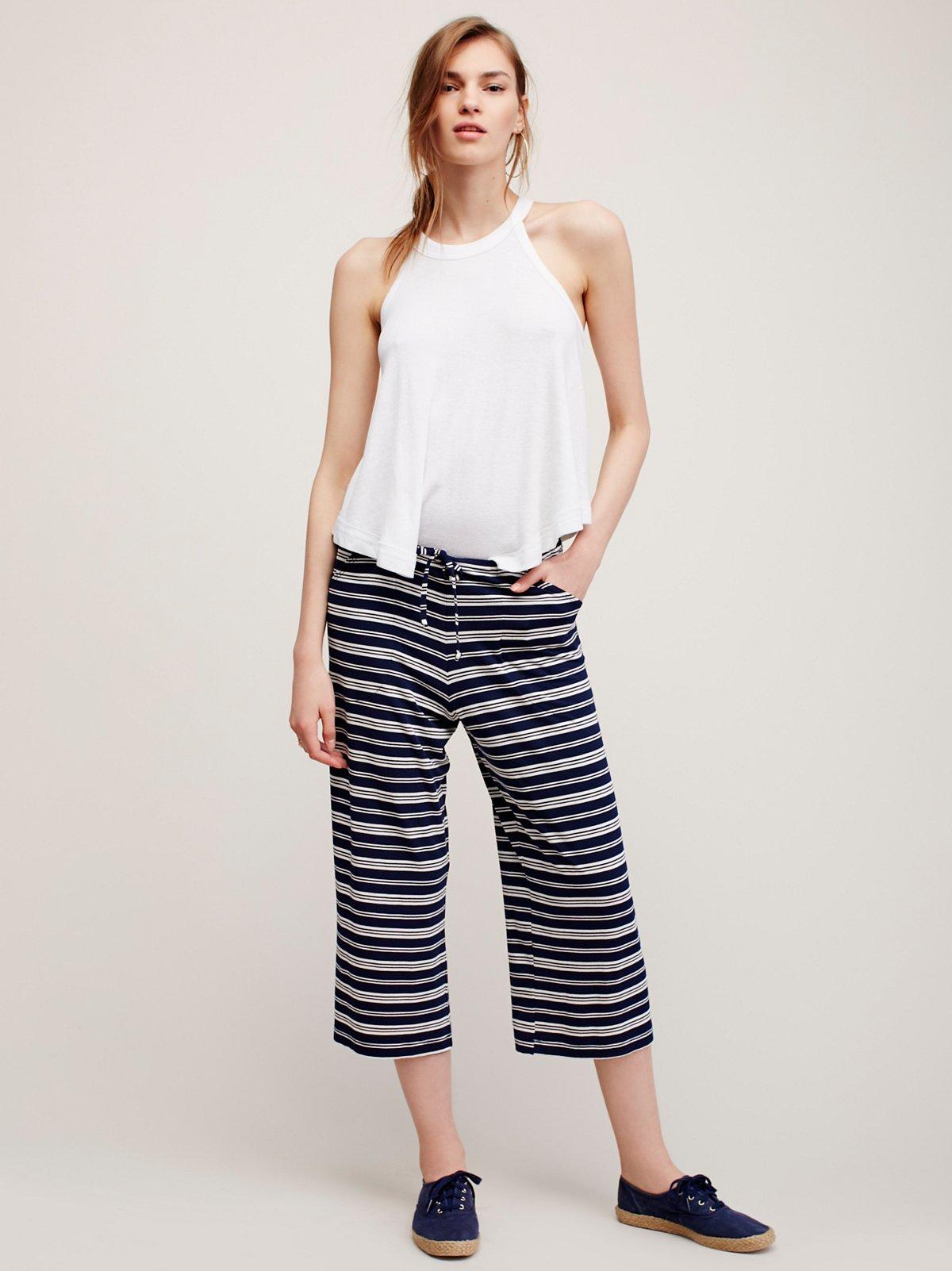 条纹休闲裤。
