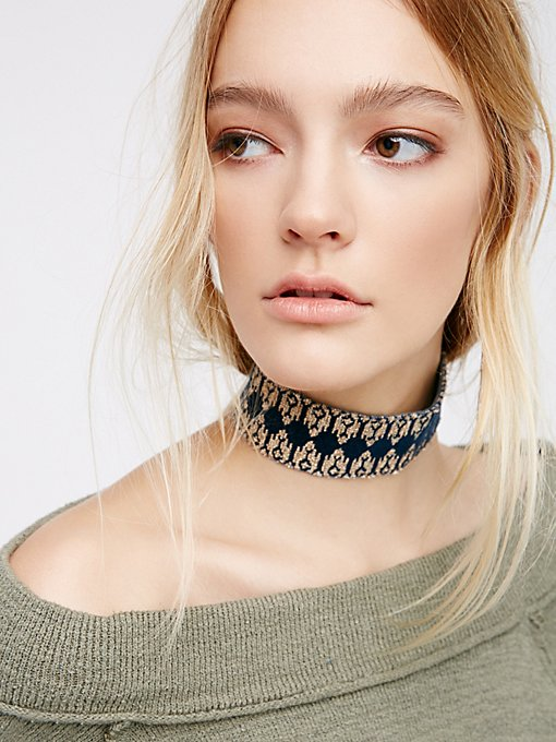 Product Image: 刺绣丝绒颈链