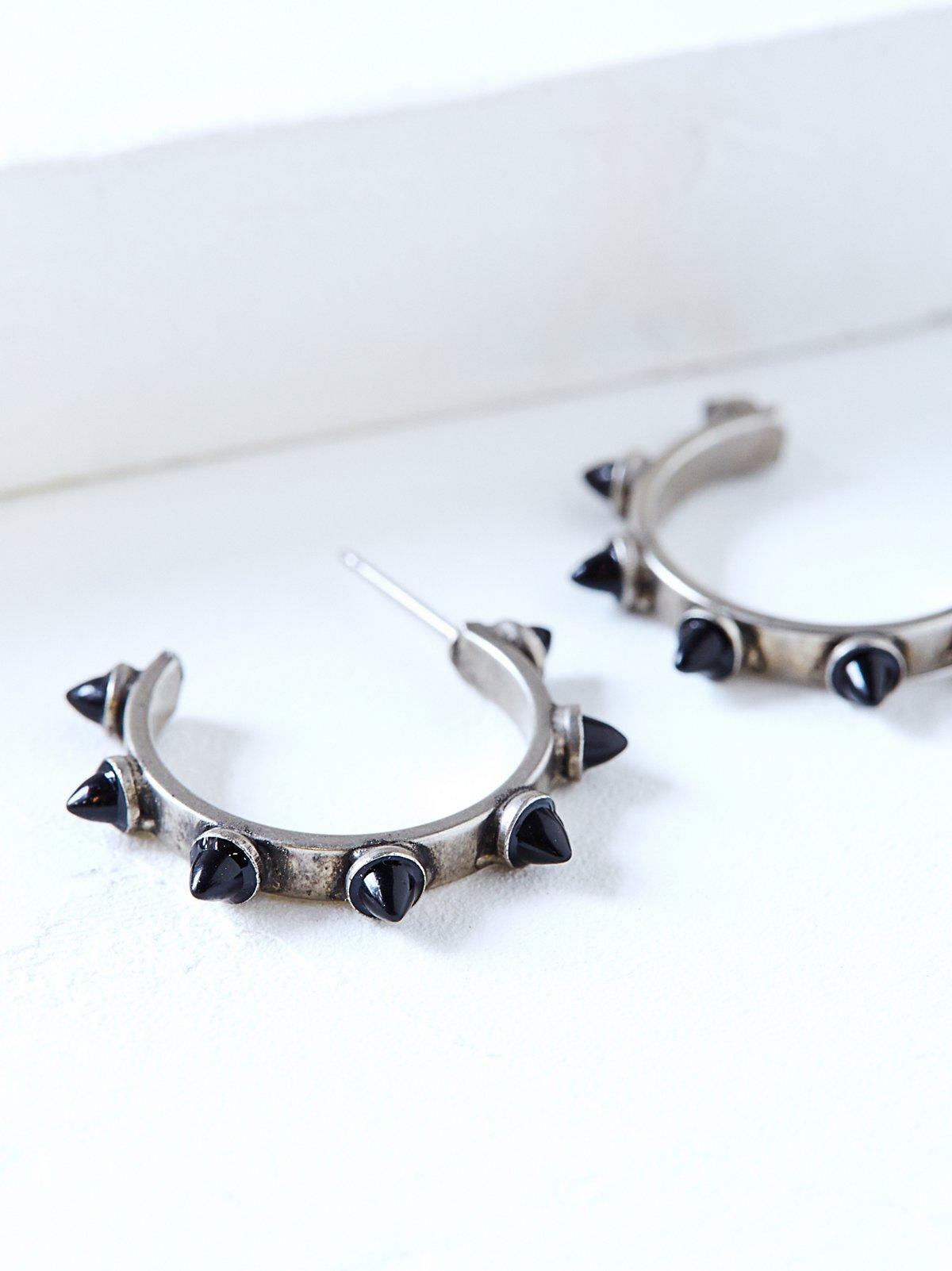 Yuvi蛋白石铆钉耳环